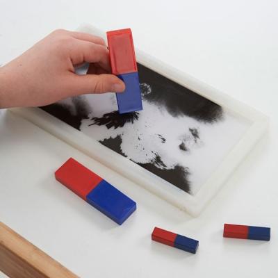 Magnetfeld-Experimentrahmen mit Weißer Hintergrund